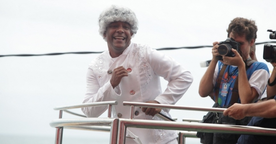 28.fev.2014 - Marcio Victor, da banda Psirico, faz homenagem ao líder Nelson Mandela no Trio Independente Psirico, no circuito Dodô (Barra/Ondina), em Salvador.