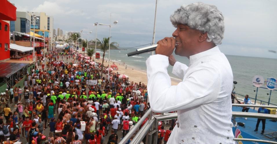 28.fev.2014 - Marcio Victor, da banda Psirico, sobe ao Trio Independente Psirico fantasiado de Nelson Mandela, no circuito Dodô (Barra/Ondina), em Salvador.