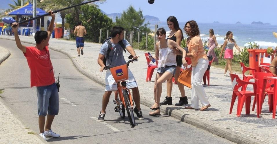 28.fev.2014- Bruno Gissoni, Ágata Moreira, Manu Gavassi e Ângela Vieira gravam novela na praia do Recreio