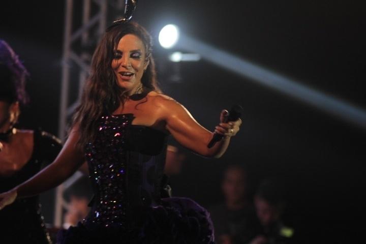 28.fev.2014- Com a energia de sempre, Ivete dançou e requebrou durante o show
