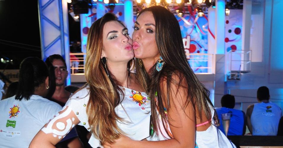 28.fev.2014- Nicole Bahls e Renata Molinaro curtem camarote durante primeiro dia de Carnaval. As integrantes do