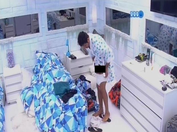 28.fev.2014 -Novamente, Diego troca cueca por sunga e mostra partes íntimas