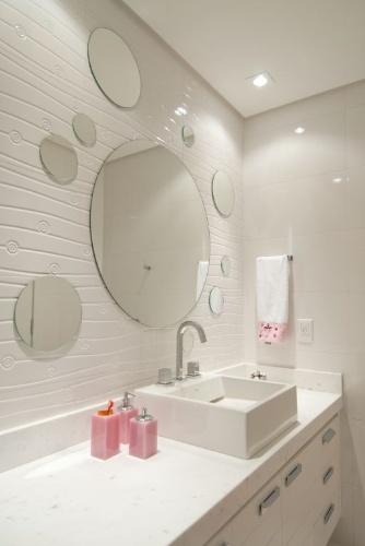 A arquiteta Cristiane Schiavoni criou uma composição de espelhos para decorar o banheiro. A textura da parede foi feita com revestimento cerâmico