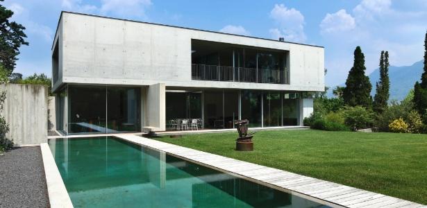"""Casa com janelas e portas dispostas em paredes opostas e com espelho d""""água é mais fresca - Getty Images"""