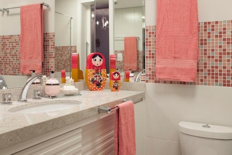 Objetos de decoração também têm vez no banheiro. Nesse projeto da arquiteta Cinthia Garcia e da designer de interiores Andréia Karalkovas, duas