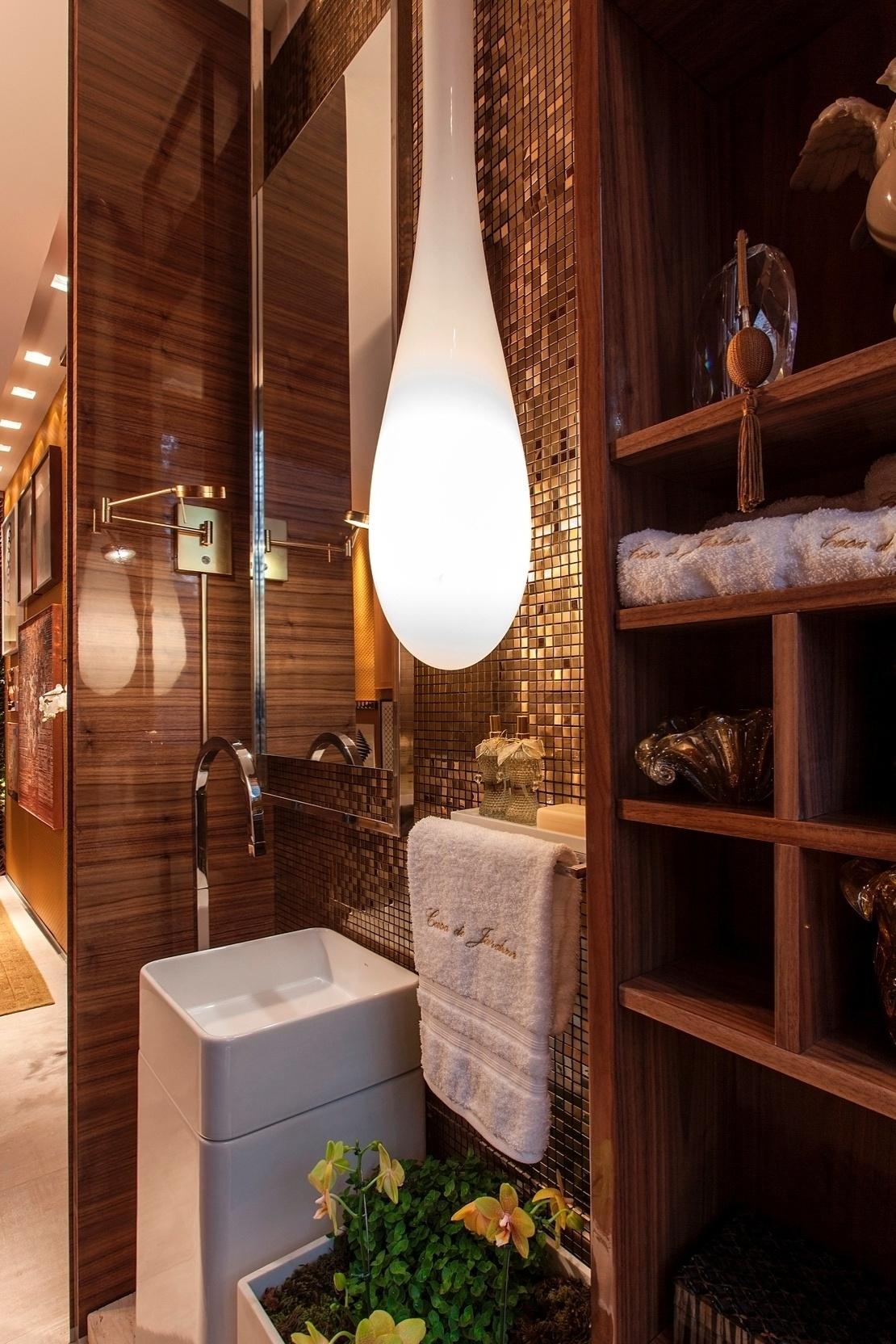 A luminária pendente de vidro leitoso com desenho orgânico se alinha à decoração