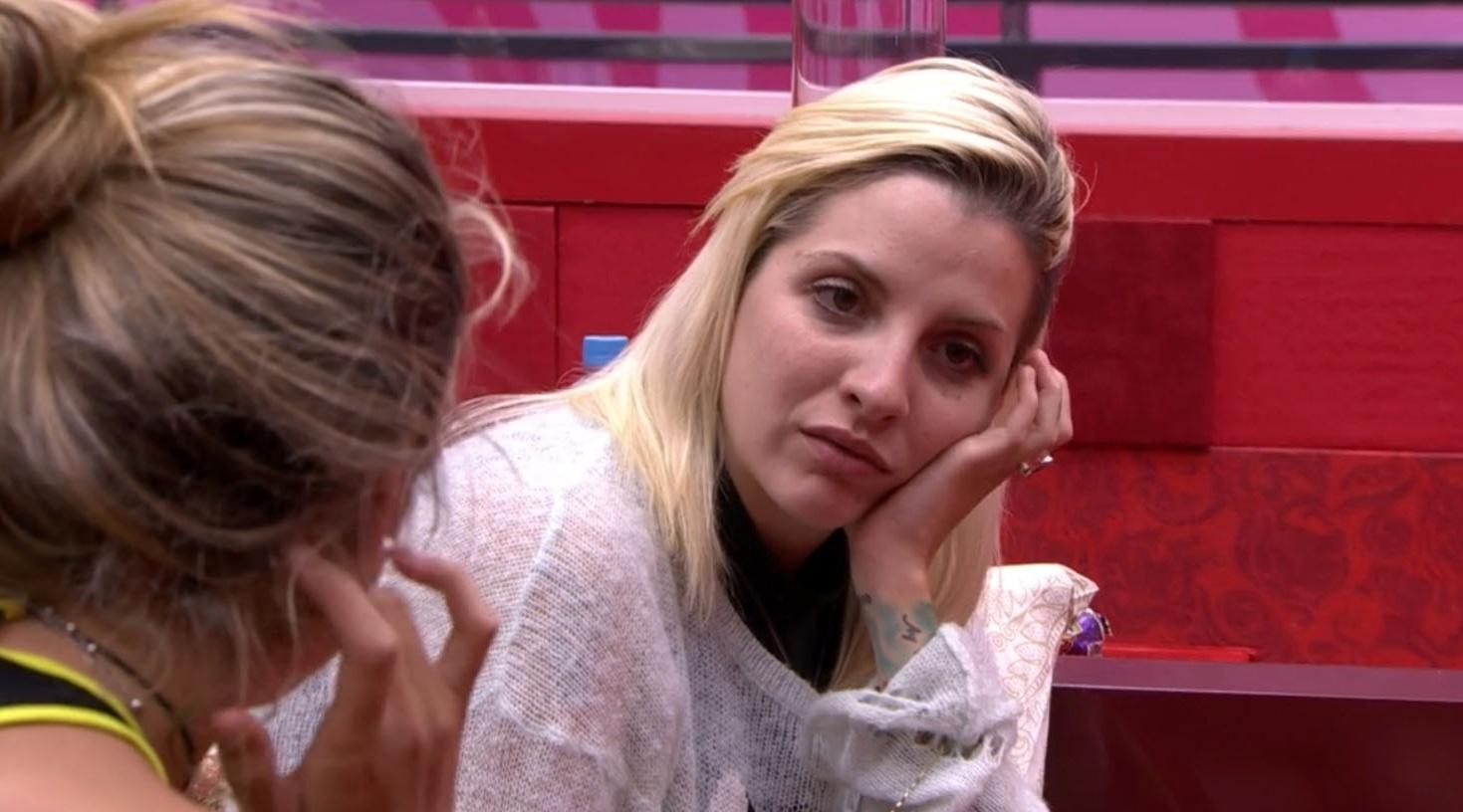 01.mar.2014 - Clara fala sobre a aproximação de Angela com Diego e Fran