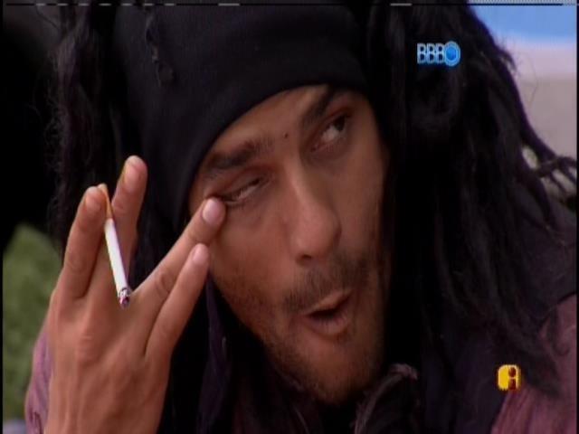 01.mar.2014 - Diego Levantou para fumar  e voltou para cama em seguida