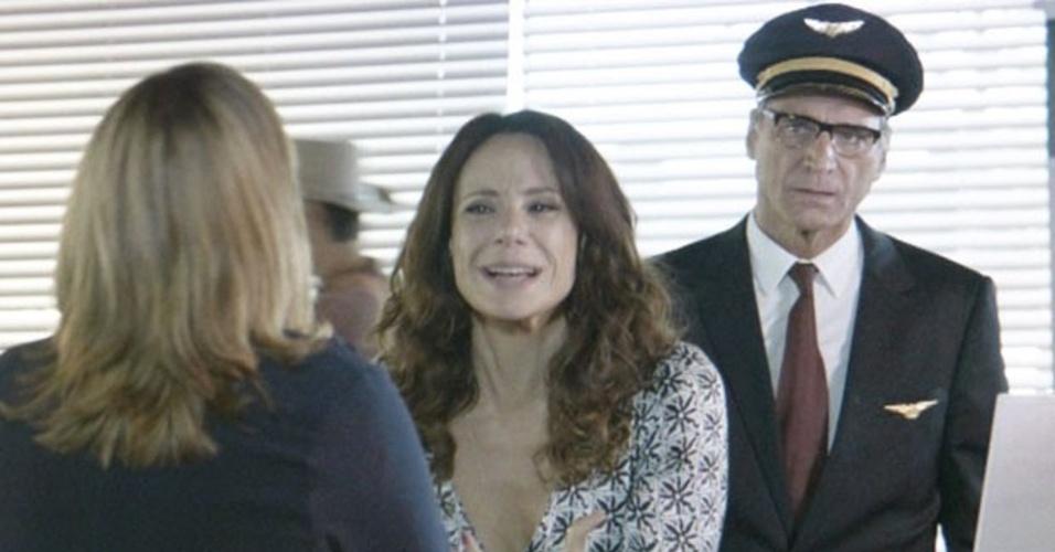 01.mar.2014 - Juliana reclama no balcão da companhia aérea