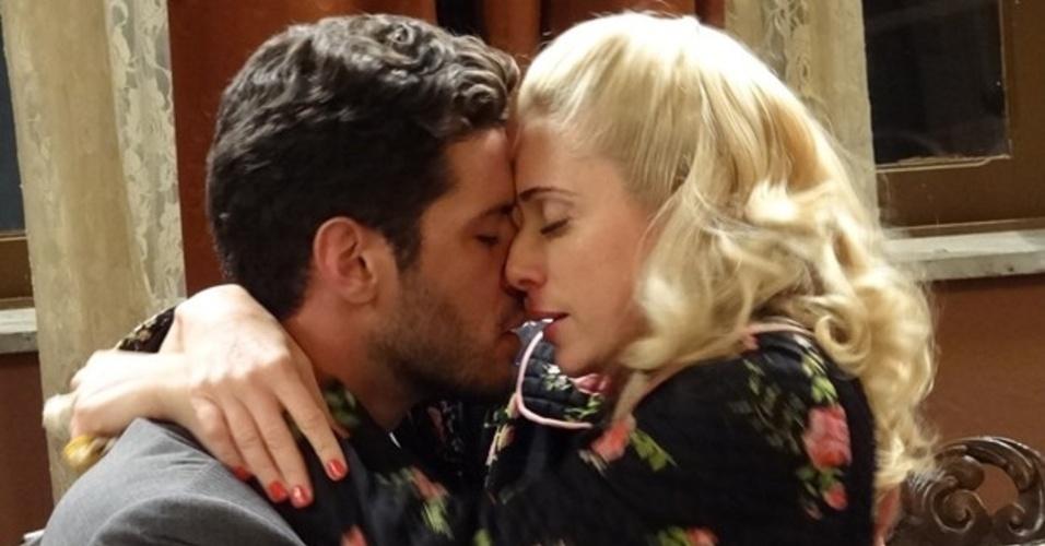 01.mar.2014 - Lola e Davi se beijam na pensão