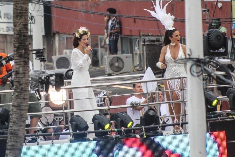 1.am.2014 - A cantora Vanessa da Mata se junta a Ivete Sangalo em trio elétrico em Salvador