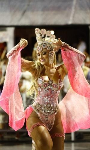 1.mar.2014 - A Rosas de Ouro, segunda escola do primeiro dia de desfiles do Carnaval, teve um desfile repleto de ícones que marcaram infância como Fofão, Chacrinha, She-Ra, Ayrton Senna