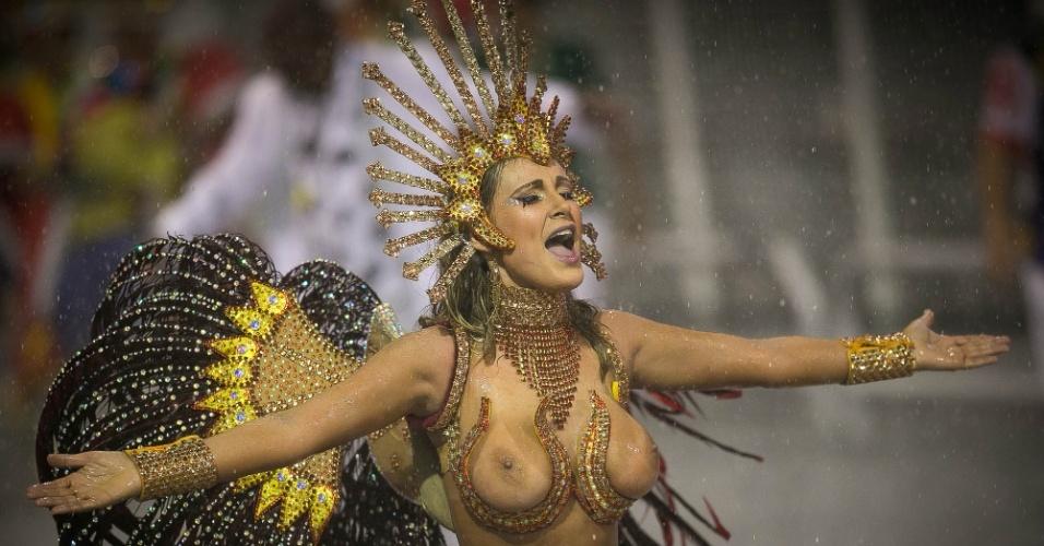 1º.mar.2014 - Andressa Urach pareceu não se importar com a chuva e seguiu animada com o desfile da Leandro de Itaquera