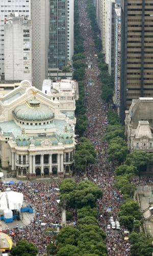 1.mar.2014 - Bloco Cordão da Bola Preta reúne milhares de foliões no Rio de Janeiro