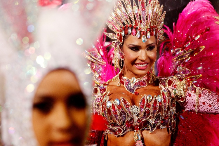 1º.mar.2014 - De fantasia rosa, Gracyanne Barbosa, a rainha da bateria da escola X-9 Paulistana, sorri