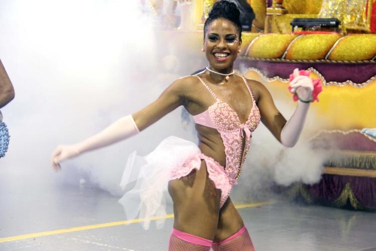1º.mar.2014 - De meia arrastão e body rosa, passista desfila pela Rosas de Ouro, no Anhembi