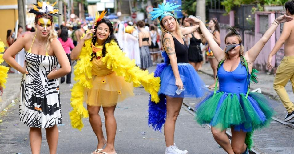 1.mar.2014 - Foliãs fantasiadas se divertem no bloco Cordão da Bola Preta, no centro do Rio de Janeiro