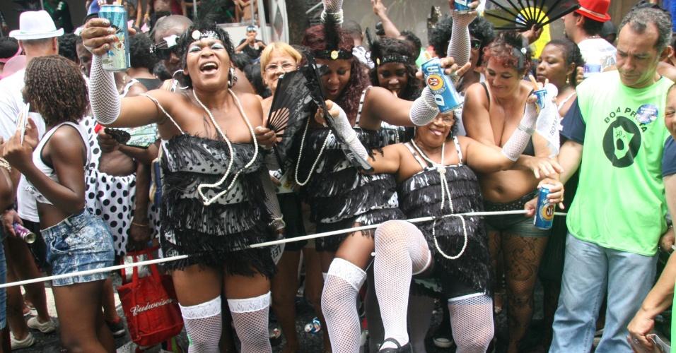 1.mar.2014 - Foliãs pulam carnaval no Cordão da Bola Preta, no centro do Rio de Janeiro, com as cores tradicionais do bloco