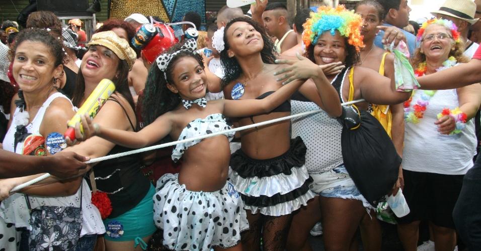 1.mar.2014 - Foliões pulam carnaval no Cordão da Bola Preta, no centro do Rio de Janeiro, com as cores tradicionais do bloco