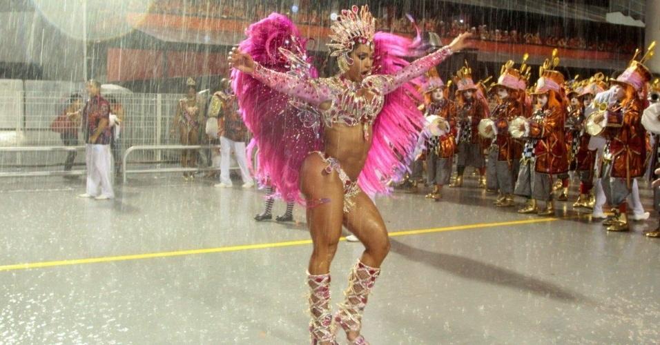 1º.mar.2014 -  Gracyanne Barbosa, rainha de bateria da X-9 Paulistana, samba em baixo de chuva