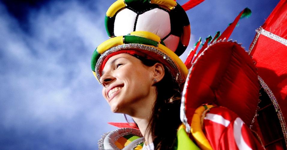 1º.mar.2014 - Integrante da escola Leandro de Itaquera sorri durante desfile