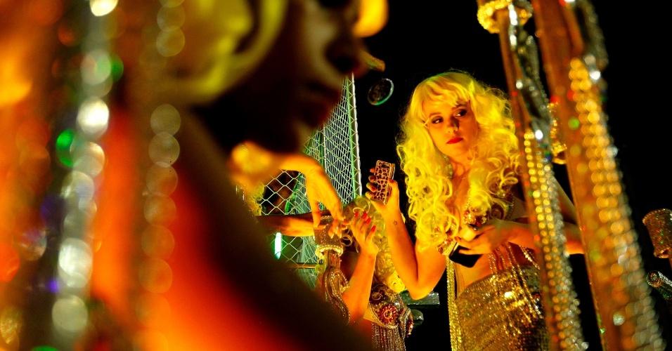 1º.mar.2014 - Integrante da escola Leandro de Itaquera desfila com peruca amarela