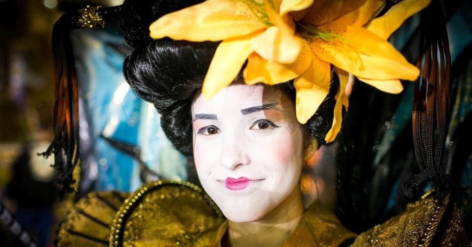 1º.mar.2014 - Integrante da escola Pérola Negra desfila com maquiagem japonesa