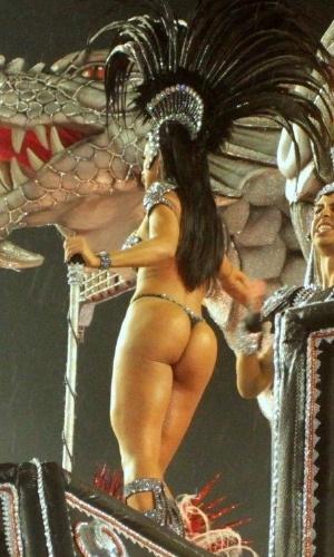 1º.mar.2014 - Miss-bumbum Dai Macedo exibe ótima forma em cima de carro alegórico da Dragões da Real, no Anhembi