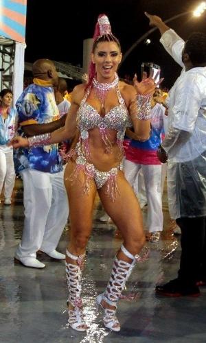 1º.mar.2014 - A ex-Panicat Thaís Bianca samba na concentração do desfile da Rosas de Ouro, no Anhembi