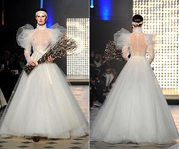 614df36cf 1º.mar.2014 - Na Semana da Moda de Paris, modelo desfila vestido