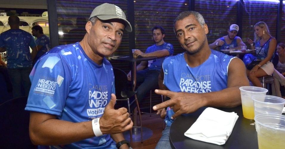 1.mar.2014 - Os ex-jogadores Gonçalves e Romário curtem Carnaval carioca em camarote da Sapucaí