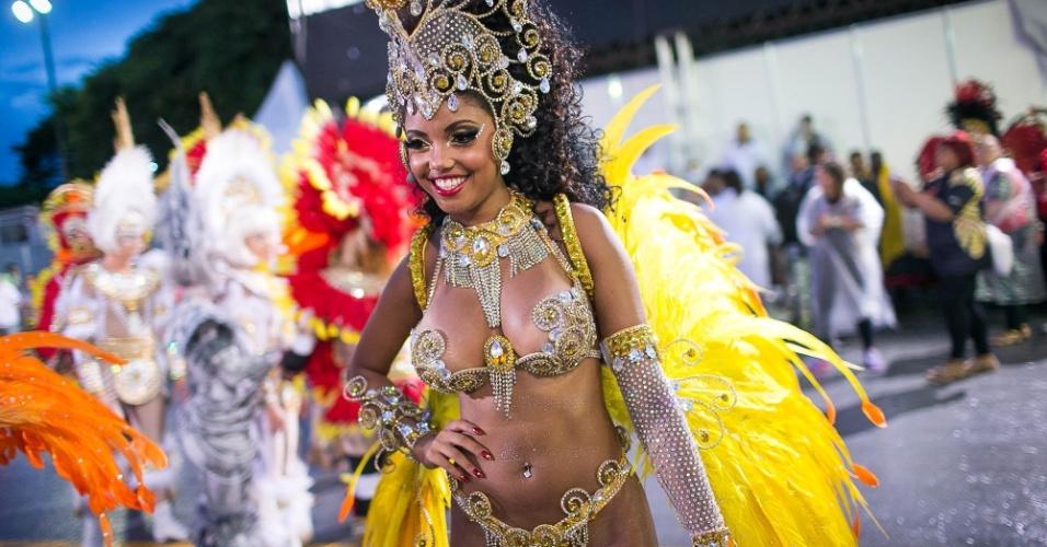 1º.mar.2014 - Pâmella Gomes, Rainha de Bateria da Tom Maior se prepara para entrar na avenida