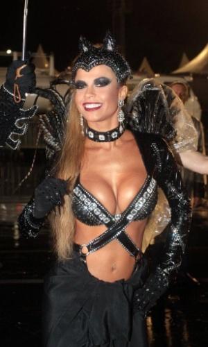 1º.mar.2014 - Ex-BBB Cacau desfila vestida de Mulher Gato para a escola Dragões da Real
