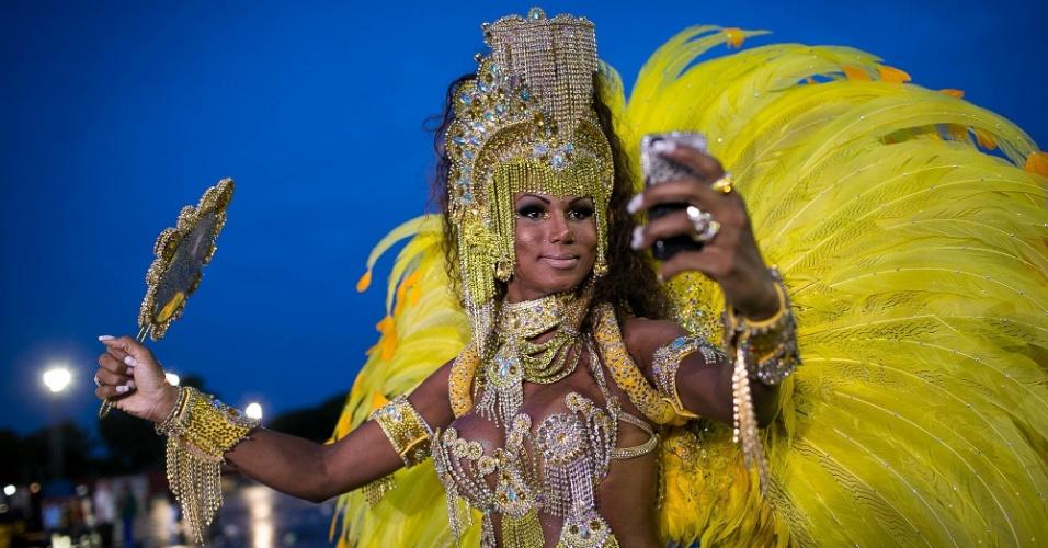 """1º.mar.2014 - Passista tira """"selfie"""" na concentração do desfile da Tom Maior, no Anhembi, em São Paulo. Escola foi a sétima e última a passar no primeiro dia de desfiles no Anhembi"""