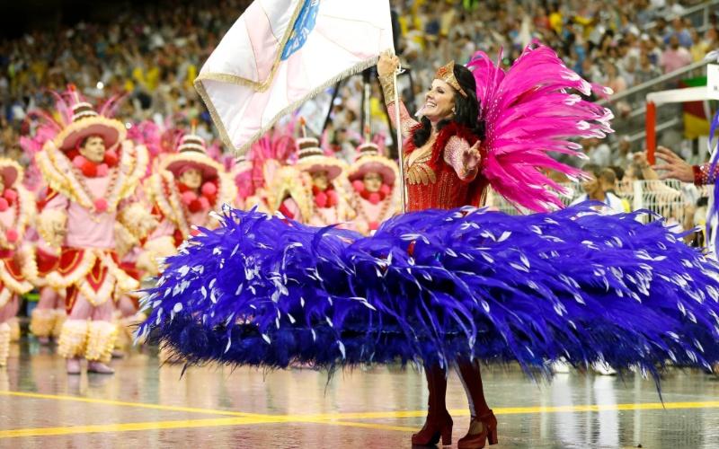 1º.mar.2014 - Porta-bandeira do desfile da Rosas de Ouro