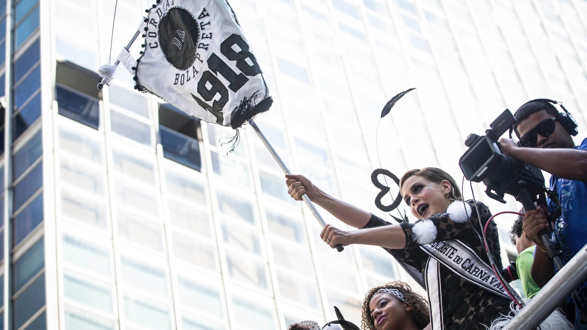 1.mar.2014 - Porta-estandarte do Cordão do Bola Preta, a atriz Leandra Leal desfila com o bloco no centro do Rio de Janeiro