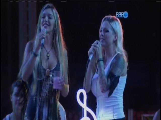 1.mar.2014 - Tatiele e Clara cantan 'Pense em mim'