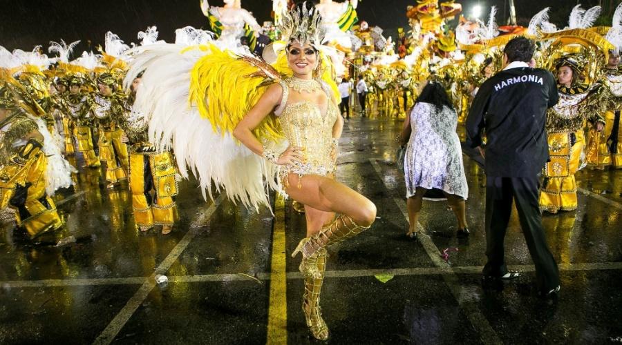 1º.mar.2014 - De fantasia amarela, beldade desfila pela Vai-Vai no Anhembi, em São Paulo
