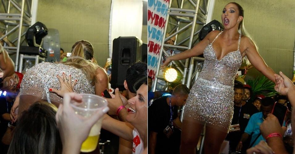 1º.mar.2014 - Valesca Popozuda é apalpada por fã durante show em um camarote na Marquês de Sapucaí, no Rio de Janeiro, durante desfile do grupo A