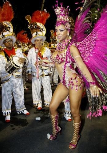 1.mar.2014 - Veronice Abreu, rainha de bateria da escola Alegria da Zona Sul  aguarda o início do desfile no grupo de acesso