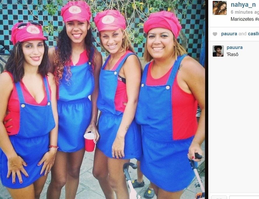 1.mar.2014- Inspiradas no personagem Mario Bros, amigas se divertem no Bola Preta