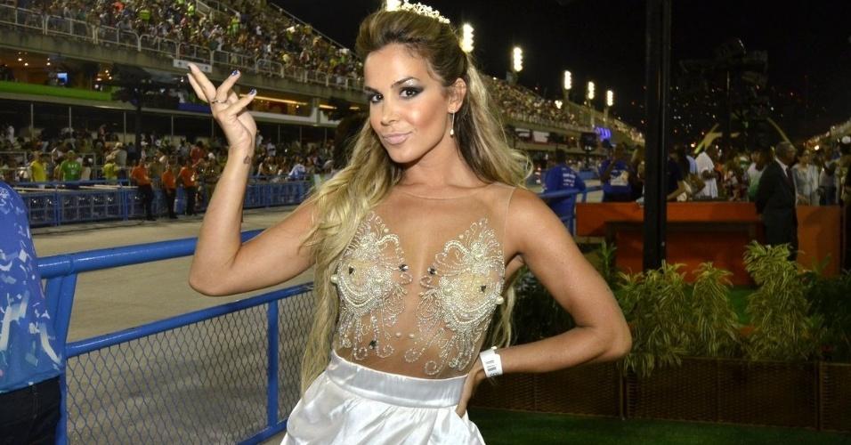 1.mar.2014- Robertha Portella assiste ao desfile do Grupo de Acesso do Rio de um camarote na Sapucaí
