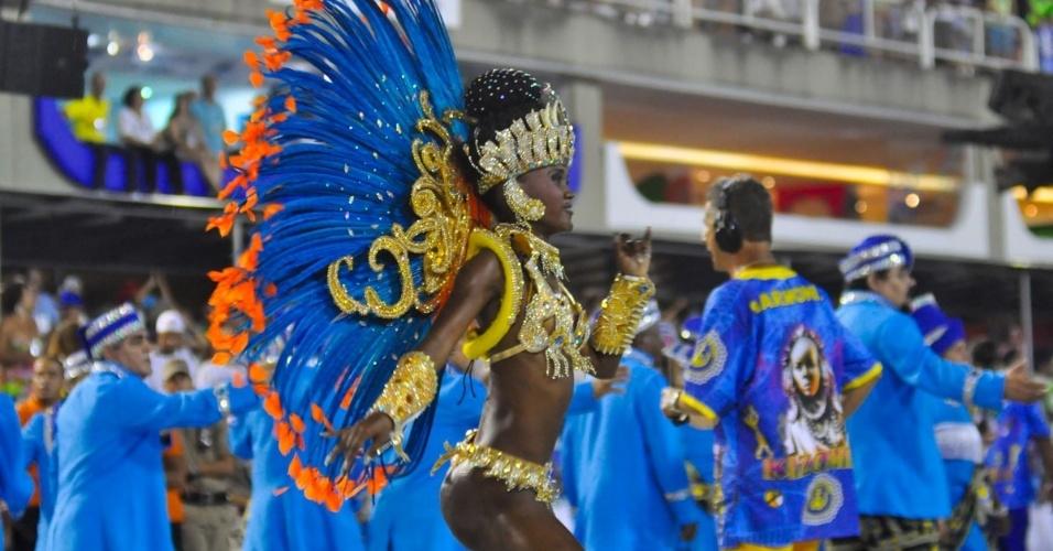 28.fev.2014 - Passista desfila pela Paraíso de Tuiuti no Grupo de Acesso do Rio de Janeiro