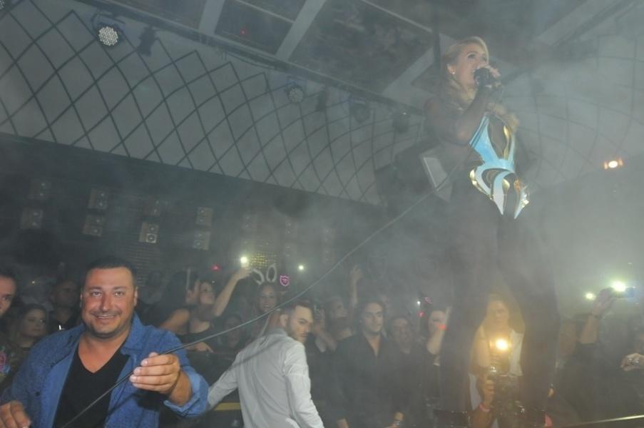 (28.fev.2014) A socialite Paris Hilton comemorou seu aniversário em uma casa noturna de Florianópolis. A noite contou com champanhe, bolo especial e decoração temática