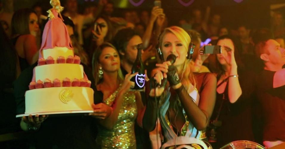 (28.fev.2014) A socialite Paris Hilton comemorou seu aniversário em uma casa noturna em Florianópolis. Seu namorado não esteve presente, mas Paris levou amigos para vê-la tocar