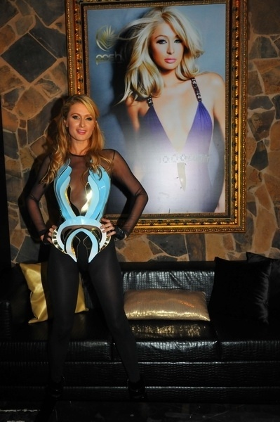(28.fev.2014) Depois de celebrar seus 33 anos com festas em Los Angeles e em Miami, a socialite Paris Hilton comemorou seu aniversário tocando em uma casa noturna de Florianópolis