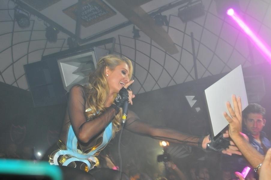 (28.fev.2014) Famosa por comemorar seu aniversário em diversas ocasiões (seu aniversário de 21 anos foi celebrado em cinco cidades diferentes: Nova York, Las Vegas, Londres, Los Angeles e Tóquio), a socialite Paris Hilton escolheu Florianópolis para ser palco de uma de suas celebrações deste ano