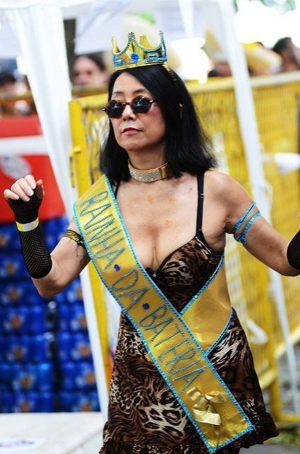 02.03.2014- Cordão do Boitatá recebe convidados durante apresentação em palco montado na Praça XV, Centro do Rio
