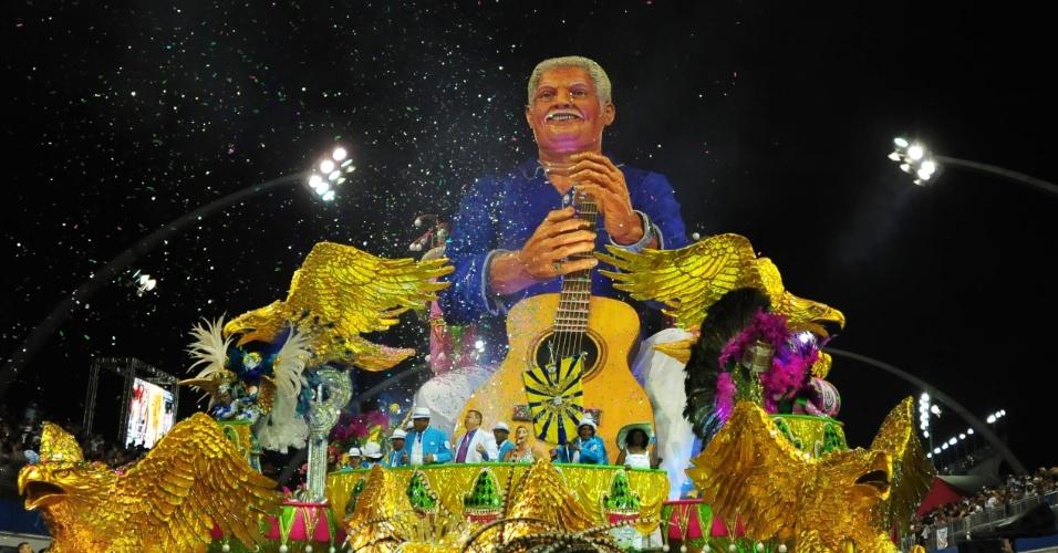 02.mar.2014 - Carro traz réplica gigante de Dorival Caymmi e faz homengem à escola de samba carioca Mangueira