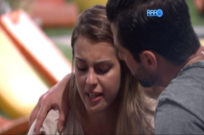 2.mar.2014 - Inconformada com voto de Aline, Angela chora e é consolada por Marcelo
